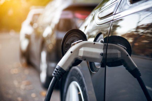 Het slim opladen van elektrische auto's scheelt veel geld